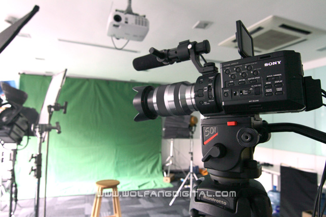 The Sony FS100 performs much better at visual effects work compared to HDSLRs due to their higher colour sampling.