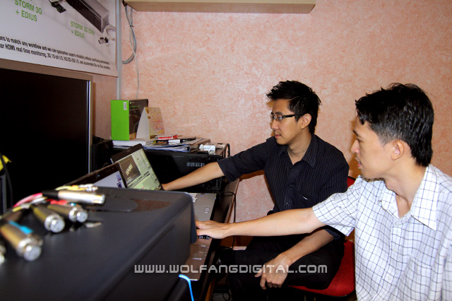 Certified Edius trainer, Jonathan Yee of Graphics Vision shows Pai some advanced film editing techniques.