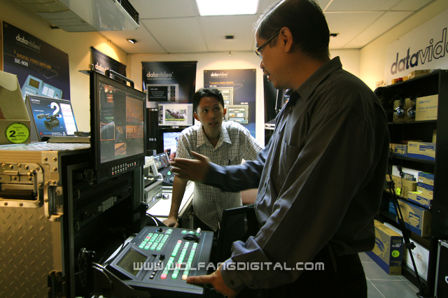 Expert on Datavideo video mixers, VShing shows Pai what is required of an operator.