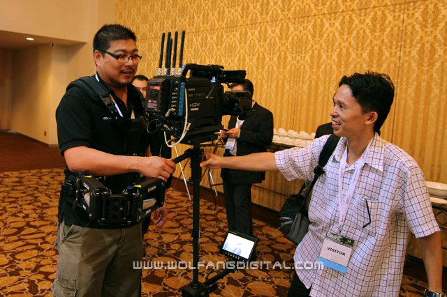 Certified Steadicam operator, Wesley Ong gives Pai a demonstration of the Steadicam Zephyr's capabilities.