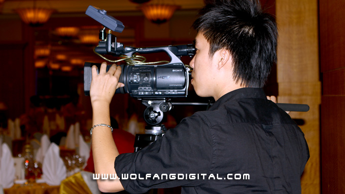 Videographer Eddy with the Sony FX1000 for medium-wide shots. Attached is the DN60 CF card recorder.