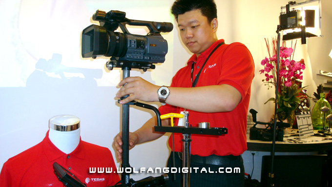 Ronnie begins to balance the Steadicam Pilot, the most lightweight of the Steadicam series (after Merlin).