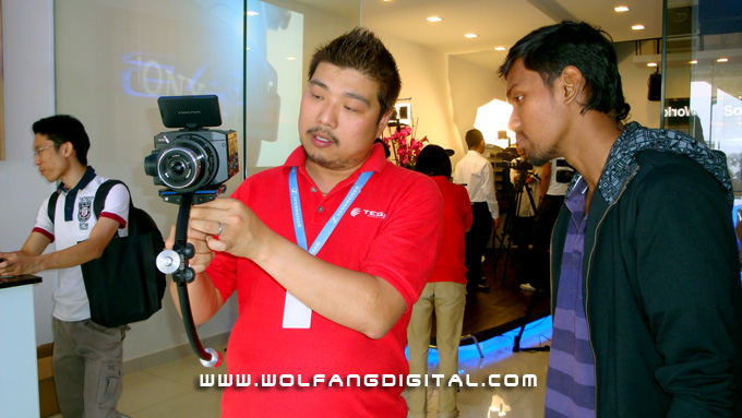 Wesley from Tegas shows Kana how to trim and operate the Steadicam Merlin with the FS100