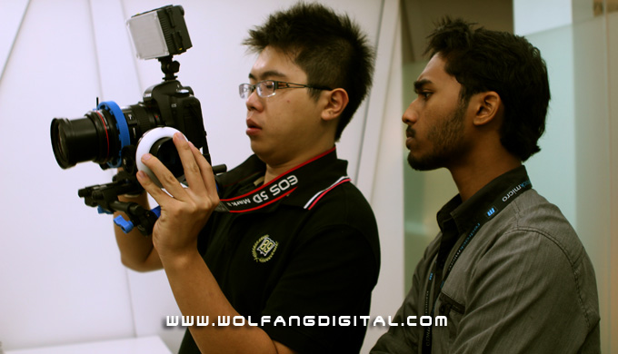 Digital Film Making students Aaron Gan & Thiyaga. By sliding the handlebar upwards, Aaron can easily access the follow focus.