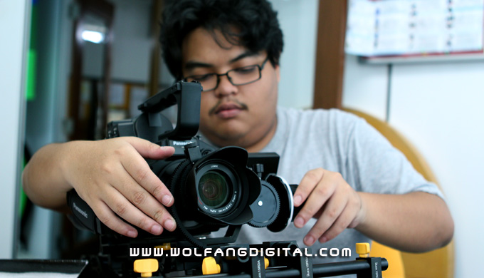 Danial assembling Ikan's adjustable zip lens gear onto the Panasonic AF 101